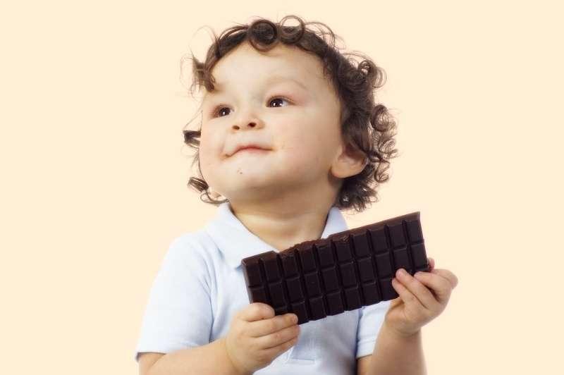 берегите малышей от опасных сладостей