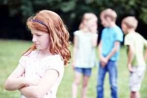 Ребенок избегает сверстников