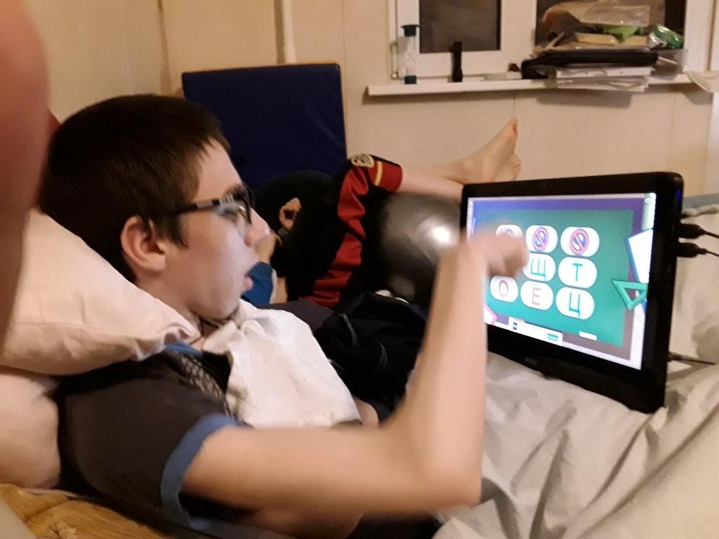 Организация учебного места для ребенка с ДЦП с помощью моноблока MSI Pro 16 Flex 8GL-010RU